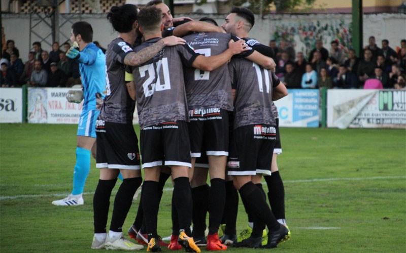 jugadores del antequera celebrando un gol