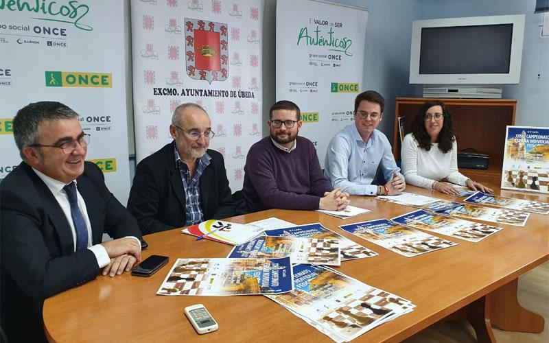 Autoridades durante la presentación del torneo de ajedrez para personas ciegas que se celebra en Úbeda