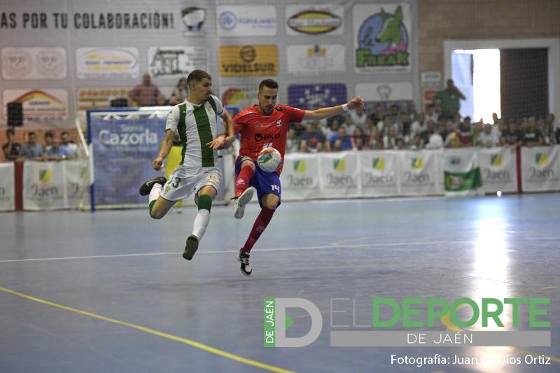 Un jugador del mengíbar pugna por un balón con un jugador del córdoba
