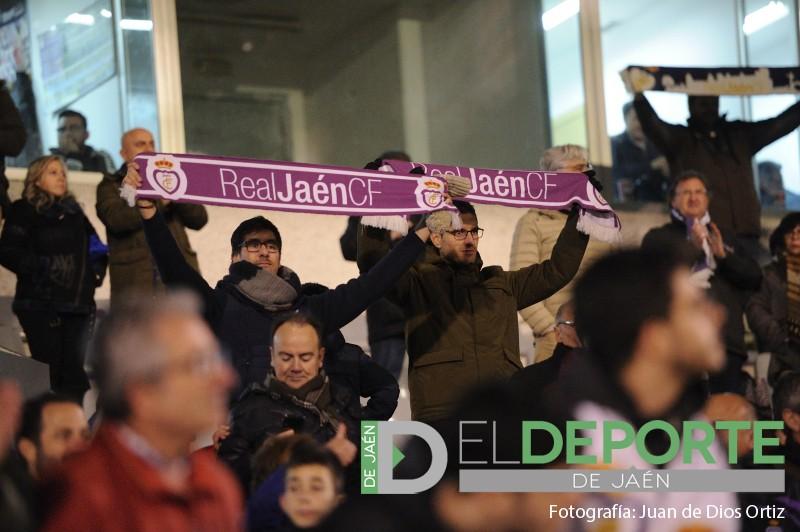 aficionados del real jaén portando bufandas de su equipo