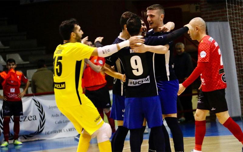Jugadores del talavera celebran un gol anotado al mengíbar