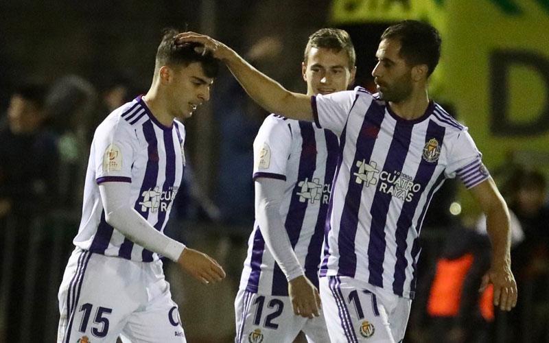 Moyano felicita a Aguado por un gol con el Valladolid