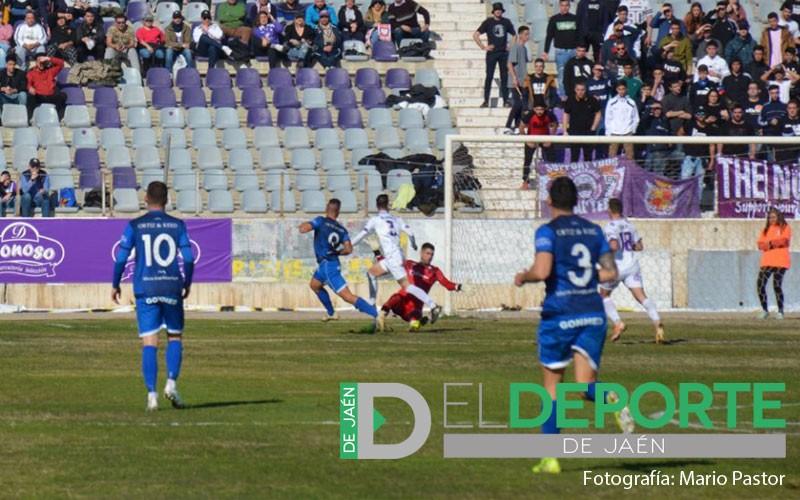 Chendo marcando un gol al Real jaén