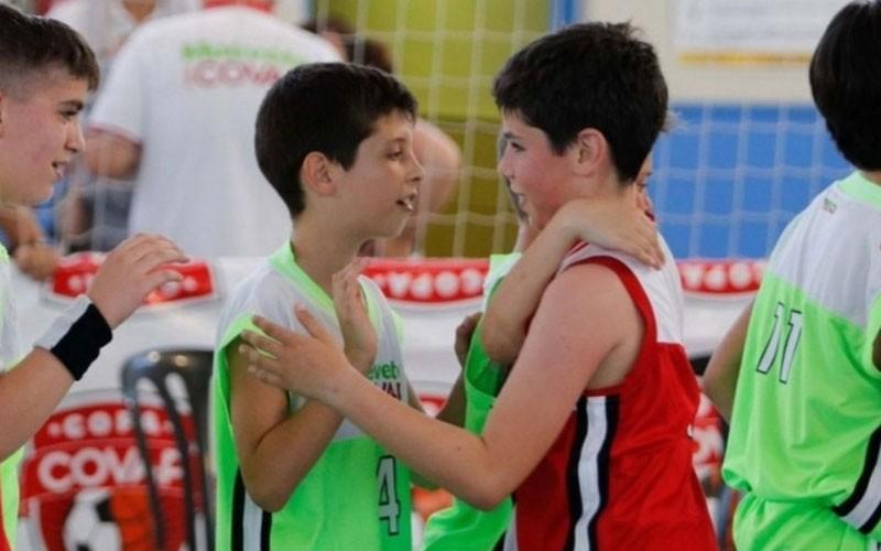 jugadores saludándose en la copa covap