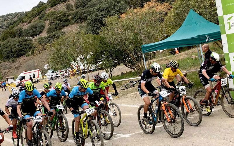 ciclistas tomando la salida en una prueba de la copa diputación de jaén btt