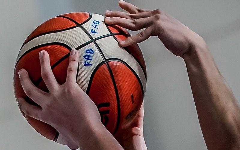 Dos manos intentando coger un balón