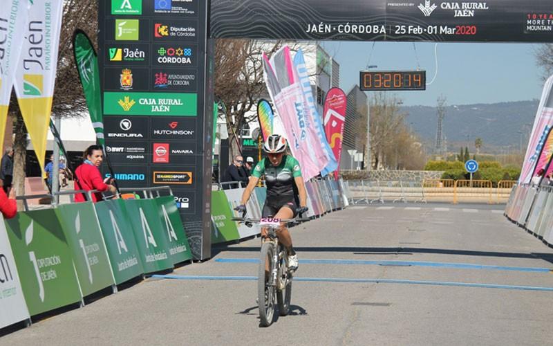la ganadora de la etapa cruzando la meta en Andújar