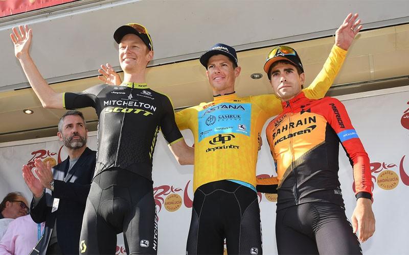 ciclistas en el podio de la vuelta ciclista a andalucía
