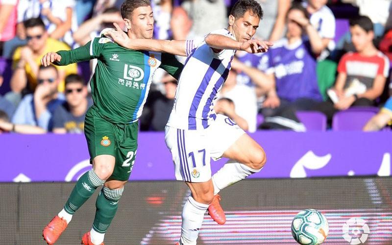 javi moyano pugna con embarba por un balón en el partido entre valladolid y espanyol