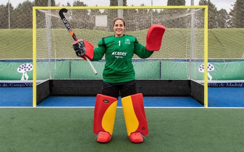 Mª Ángeles Ruiz posa para una fotografía como portera de hockey hierba