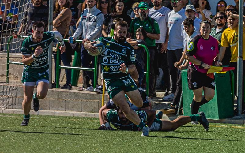 Nandi, jugador de Jaén Rugby, corre con la pelota para hacer un ensayo