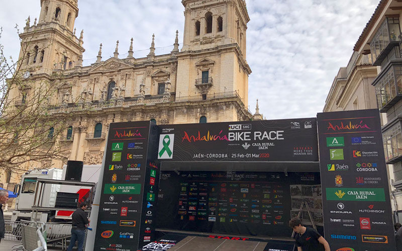 la salida de la andalucía bike race frente a la catedral de jaén