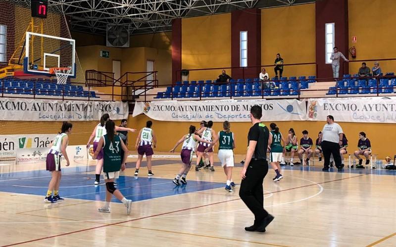 jugadoras durante un partido de baloncesto
