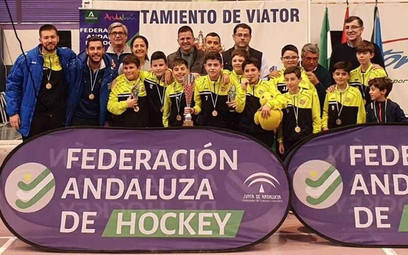 jugadores del club hockey alcalá celebran el título
