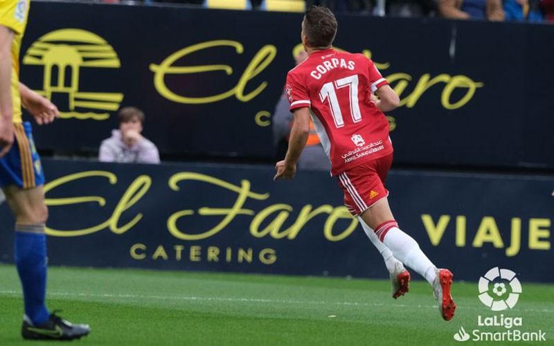 corpas celebra un gol en el partido entre almería y cádiz