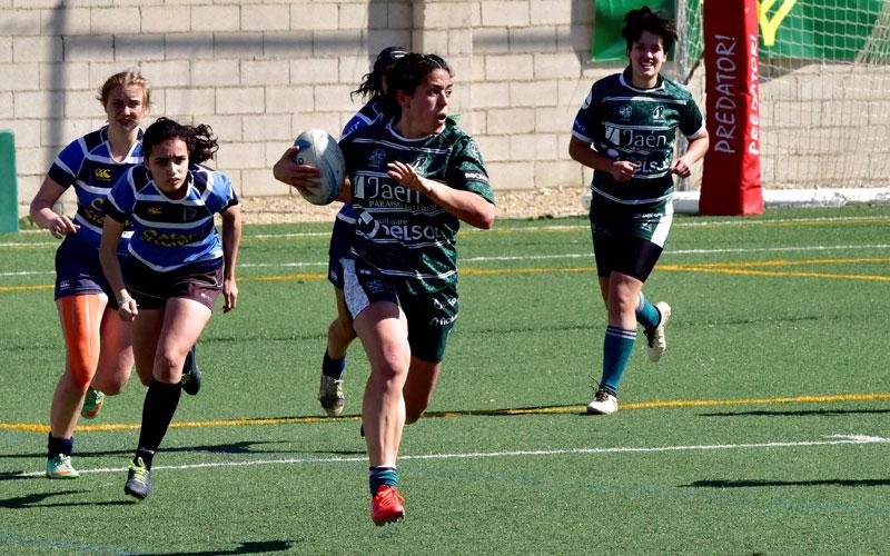 una jugadora del jaén rugby en un partido de rugby femenino