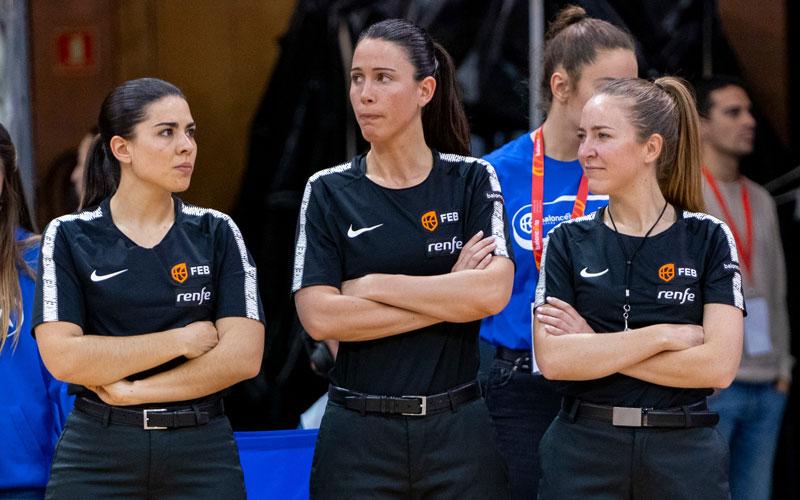 Mª Ángeles García junto a las dos colegiadas con las que dirigió la semifinal de la copa de la reina de baloncesto