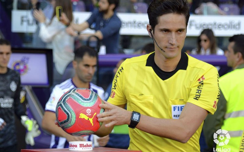 Munuera Montero coge un balón en un partido en el que arbitra al Valladolid