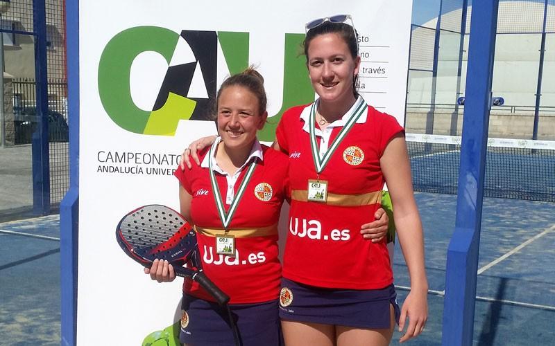 marta porras y su compañera tras ganar el campeonato de andalucía universitario en pádel femenino