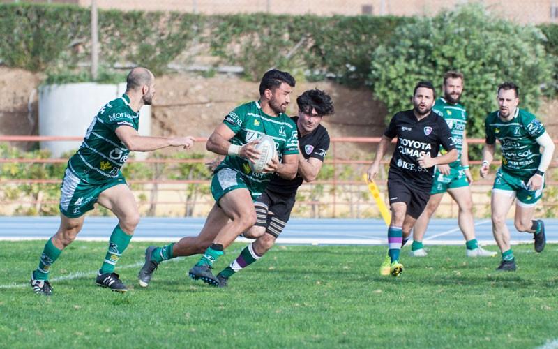un jugador de jaén rugby portando la pelota