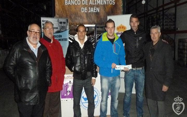 Nino y Alberto Cobo ayudan en la recogida de alimentos por entradas