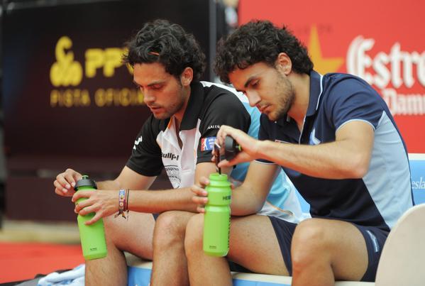 Antonio Luque y Raúl Marcos en un descanso durante su aparición en la pista central del Isla de La Palma Open. Foto: World Padel Tour.