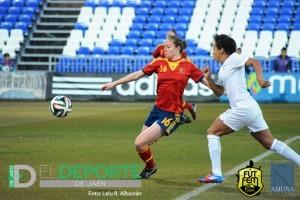 Celia despeja un balón en su último partido con la selección española ante Nueva Zelanda. Foto: Lalu R. Albarrán (Futfem.com)