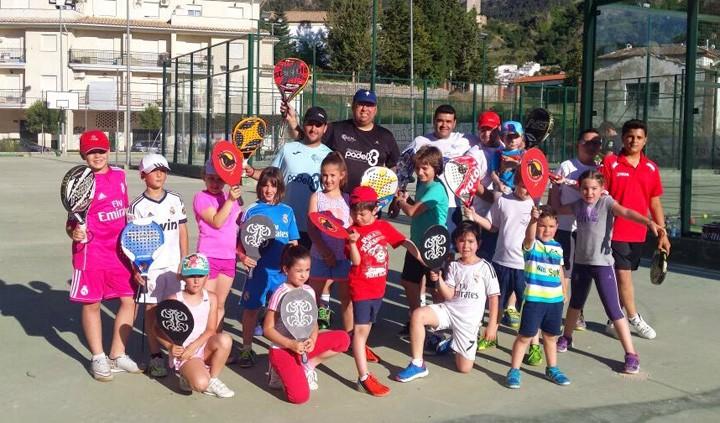 Monitores y niños disfrutaron de una fantástica jornada de padel. Foto: Club Tenis Cazorla.