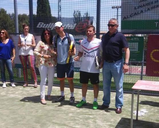 Juan Galiano y Fermín Ferreyra recogen el trofeo de campeones del torneo. Foto: Club de Campo Jaén.