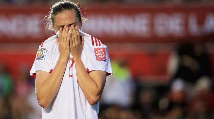 Celia Jiménez desconsolada tras consumarse la eliminación de España. Foto: Fifa.com
