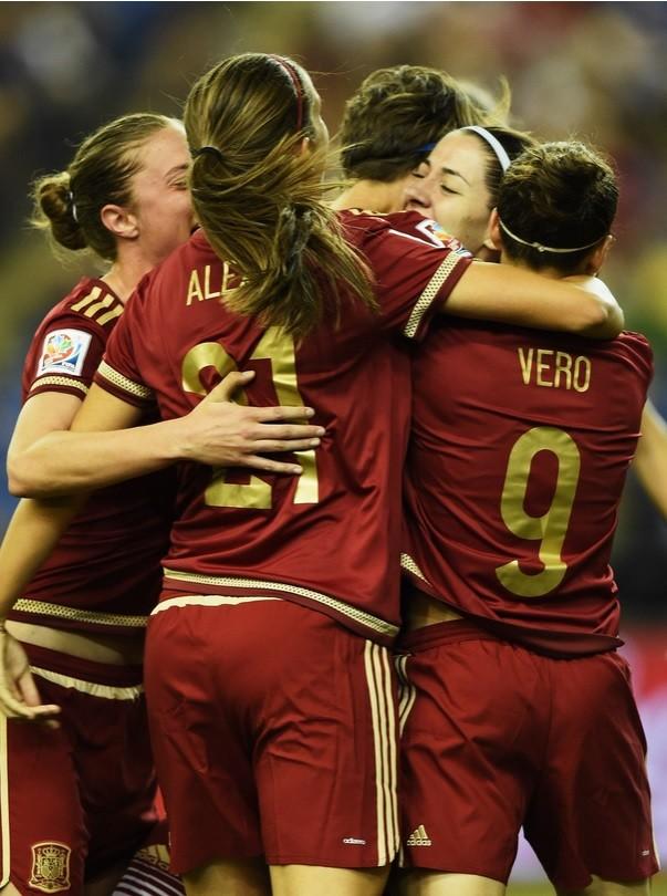 Celia Jiménez junto a sus compañeras de equipo celebrando el gol de España. Foto: Fifa.com