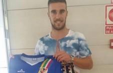 Francis Ferrón posando con su nueva camiseta, la del Linares Deportivo. Foto: Linares Deportivo.