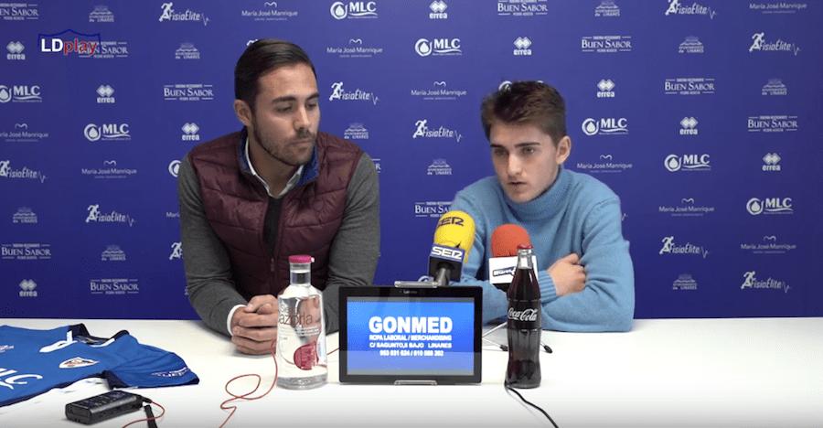El director deportivo del Linares, Miguel Linares, e Isra en sala de prensa
