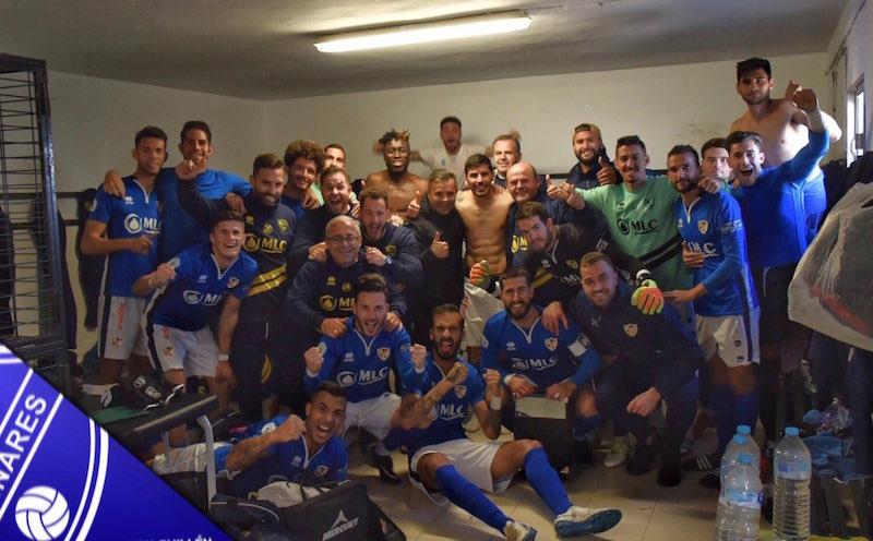 La plantilla del Linares Deportivo celebra en el vestuario la victoria ante el CD Huétor Vega