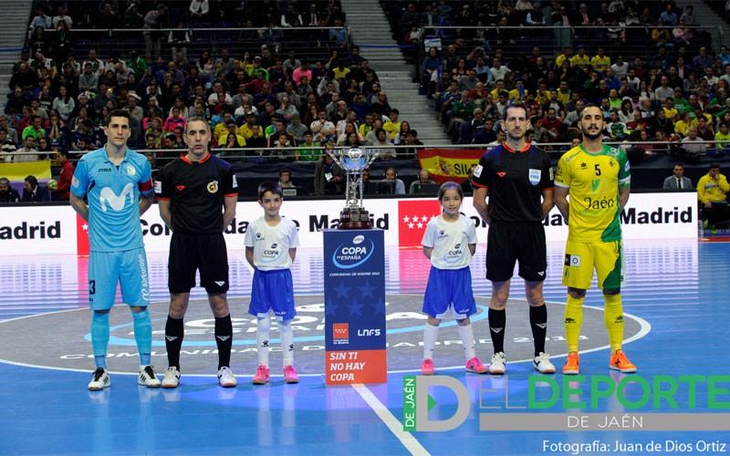 Capitanes de Jaén FS y Movistar Inter junto a los árbitros en la Copa de España