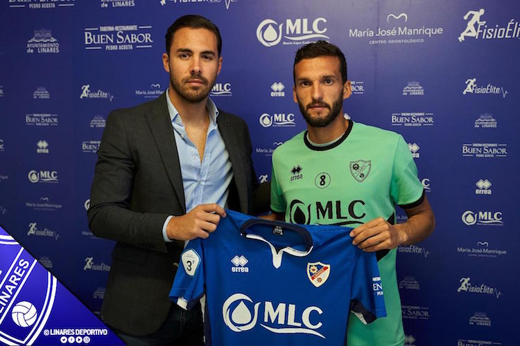 El director deportivo del Linares Deportivo, Miguel Linares, junto a Rodri