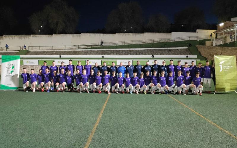 Jugadores de las selecciones de Jaén en una foto de grupo en un campo de fútbol