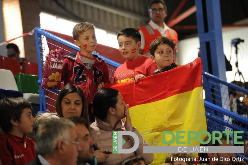 Niños en el pabellón San Andrés animando a España