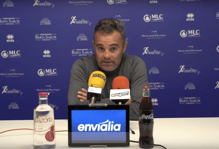 El entrenador del Linares, Juan Arsenal, en rueda de prensa. Foto: LDPLAY