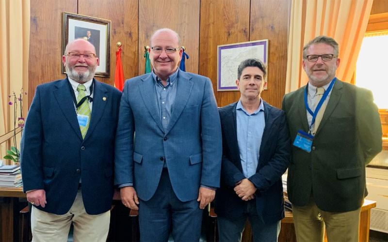 Directivos de Jaén Rugby junto al alcalde de Jaén y el concejal de Deportes