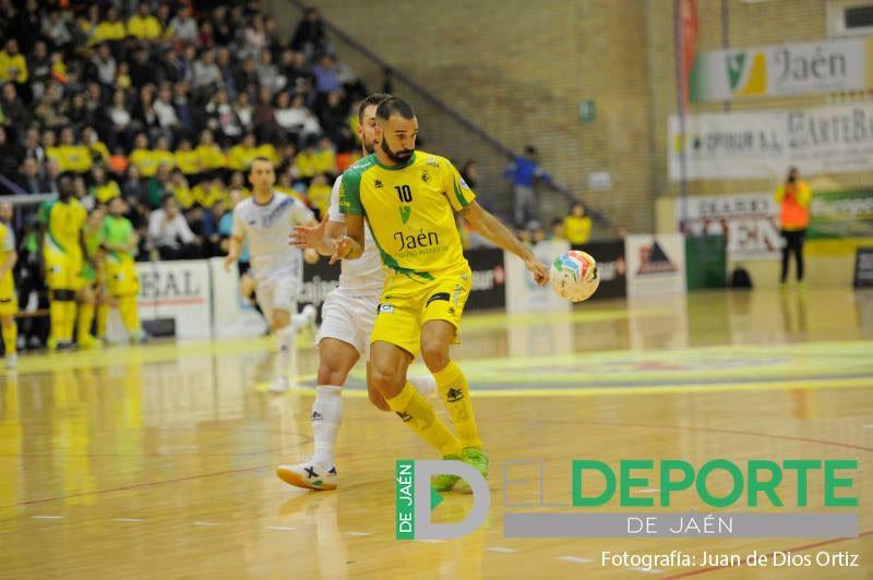 Carlitos intenta controlar un balón en un partido del Jaén FS
