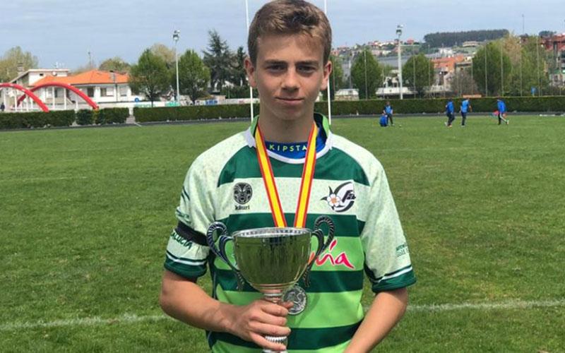El jugador del Jaén Rugby con el trofeo de subcampeón