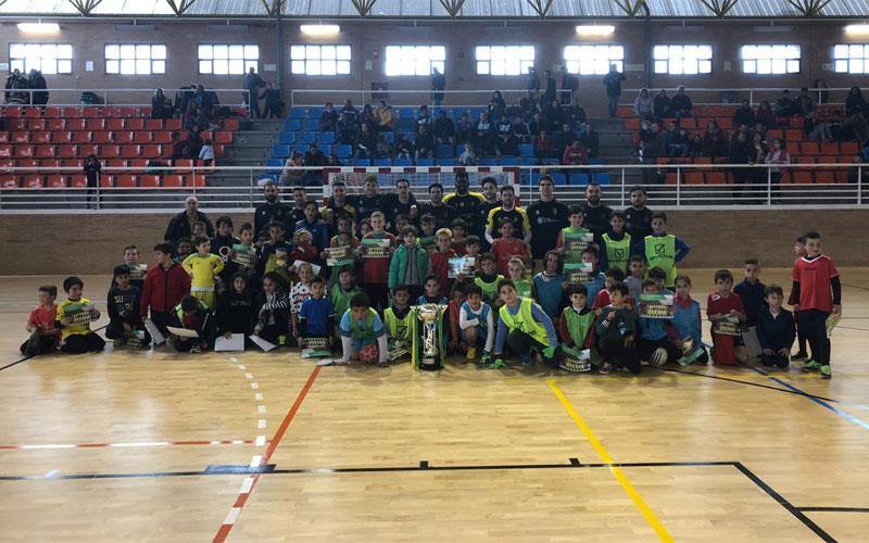 Jugadores del Jaén FS con niños de Alcalá la Real