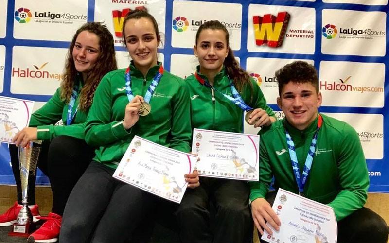 Los luchadores de Torredelcampo lucen sus medallas de oro