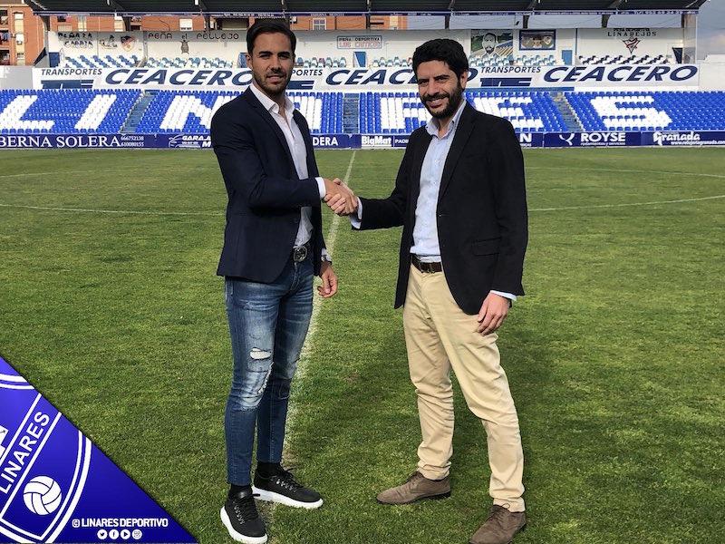 Miguel Linares y el presidente del Linares Deportivo, Jesús Medina, durante el acto de renovación