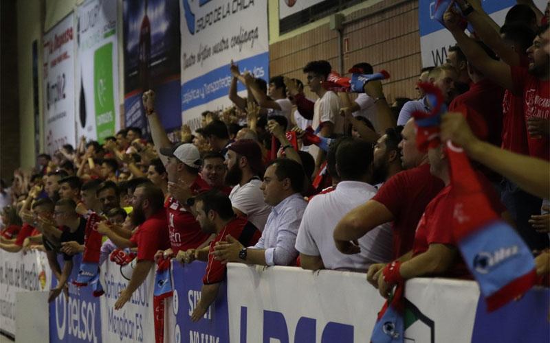 Aficionados del Mengíbar FS celebran un gol