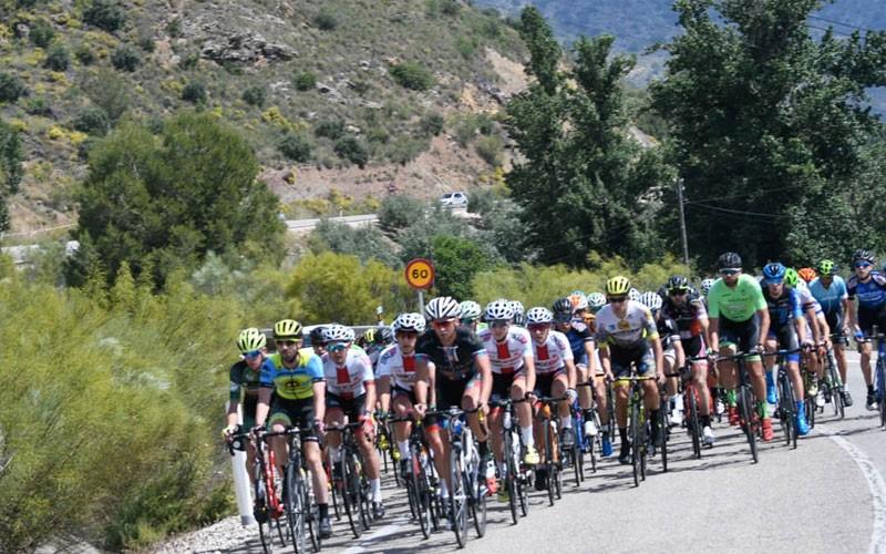 ciclistas en una prueba en bélmez de la moraleda