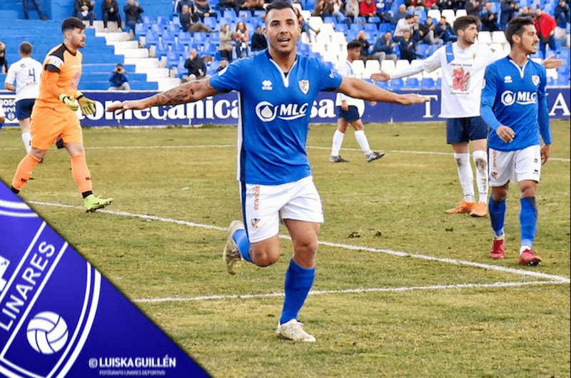 Chendo celebrando un gol con la camiseta del Linares