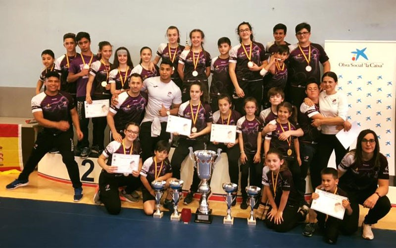 Luchadores del Club Power Torredelcampo recogen sus trofeos