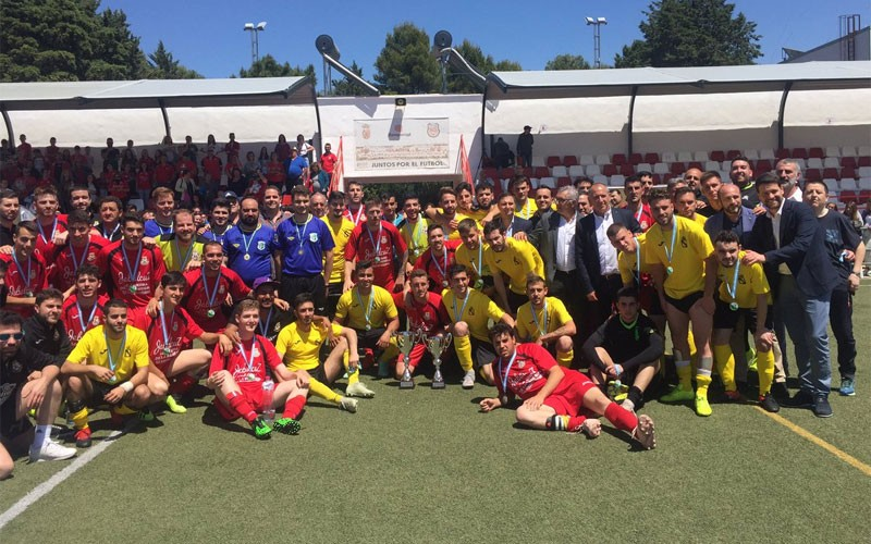 Jugadores del Rus EF y Los Villares CF tras la entrega de premios